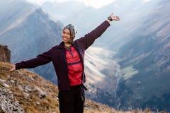 Fille de randonneur détendant aux montagnes Images libres de droits