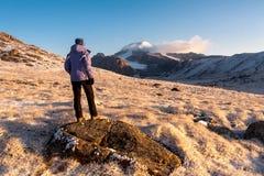 Fille de randonneur détendant aux montagnes Images stock
