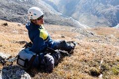 Fille de randonneur détendant aux montagnes Photo libre de droits