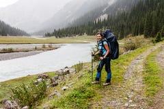 Fille de randonneur détendant aux montagnes Photos stock