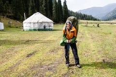 Fille de randonneur détendant aux montagnes, près de la maison nationale Images stock