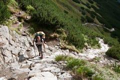 Fille de randonneur explorant les montagnes. Image libre de droits