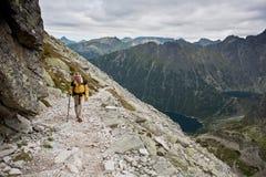Fille de randonneur explorant les montagnes. Photos libres de droits