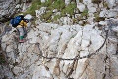 Fille de randonneur explorant les montagnes. Images stock