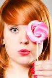 Fille de Redhair avec la lucette rose photo stock