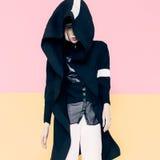 Fille de regard de haute couture dans des vêtements à la mode Images stock