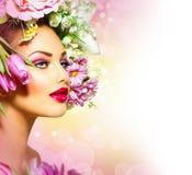 Fille de ressort avec la coiffure de fleurs photographie stock libre de droits