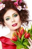 Fille de ressort de beauté avec la coiffure de fleurs Beau woma modèle Photos stock