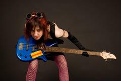 Fille de roche avec la guitare basse Photographie stock libre de droits