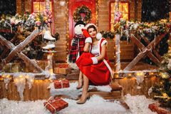 Fille de Santa avec le bonhomme de neige image stock