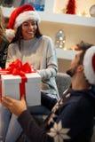 Fille de Santa Claus recevant le présent Photographie stock