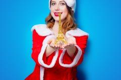 Fille de Santa Clous avec le cadeau de Tour Eiffel Image stock