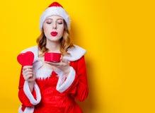 Fille de Santa Clous dans des vêtements rouges avec le boîte-cadeau Photos libres de droits