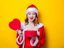 Fille de Santa Clous dans des vêtements rouges avec le boîte-cadeau Images libres de droits