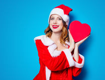 Fille de Santa Clous dans des vêtements rouges avec le boîte-cadeau Photographie stock libre de droits