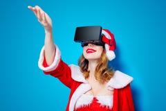 Fille de Santa Clous dans des vêtements rouges avec les verres 3D Photo stock