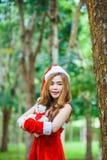 Fille de Santa d'Asiatique avec l'ours Photo libre de droits