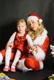 Fille de Santa jouant avec la petite fille Photo stock