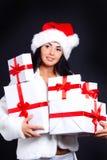 Fille de Santa retenant le cadre avec des cadeaux. Images libres de droits