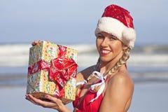 Fille de Santa sur la plage Images stock
