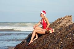 Fille de Santa sur la plage Photos libres de droits
