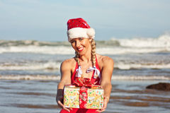 Fille de Santa sur la plage Photographie stock