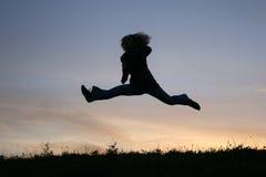 Fille de saut de silhouette Images libres de droits