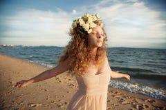 Fille de sensualité dans une couronne de fleur images libres de droits