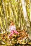 Fille de sept ans dans la forêt photo libre de droits