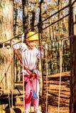 Fille de sept ans en parc d'aventure photos libres de droits