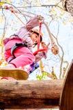 Fille de sept ans en parc d'aventure photographie stock