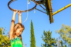 Fille de sept ans jouant le basket-ball image stock