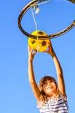 Fille de sept ans jouant le basket-ball photo stock
