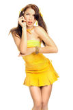 Fille de sexe dans une robe jaune Images libres de droits