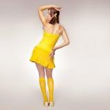 Fille de sexe dans une robe jaune photo stock