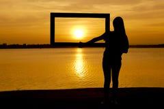 Fille de silhouette avec le cadre Photo stock