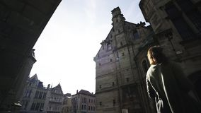 Fille de silhouette entre les bâtiments banque de vidéos