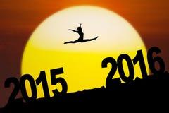 Fille de silhouette sautant par les numéros 2016 Photo libre de droits
