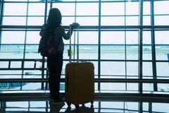 Fille de silhouette se tenant dans l'aéroport Photos libres de droits