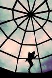 Fille de silhouette sur un toit Photos libres de droits