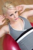 Fille de Situps de forme physique Photographie stock libre de droits