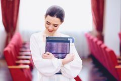 fille de smilingcute avec des documents image stock
