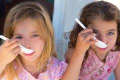 Fille de soeur de gosses de œil bleu mangeant le déjeuner Photos libres de droits