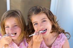 Fille de soeur de gosses de œil bleu mangeant le déjeuner Photo libre de droits