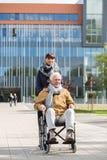 Fille de soin et homme handicapé Photo libre de droits