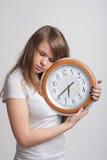 Fille de sommeil avec une grande horloge dans des ses mains Photo stock