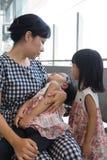 Fille de sommeil de transport de mère chinoise asiatique à l'intérieur d'un sta de MRT Photos stock