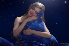 Fille de sommeil la nuit photo libre de droits