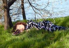 Fille de sommeil par le lac Photographie stock