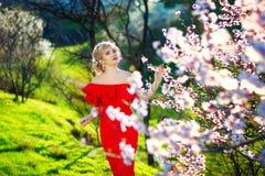 Fille de source Beau modèle avec la guirlande de fleur sur sa tête Fermez-vous vers le haut du portrait de la dame sensuelle roma Photos stock